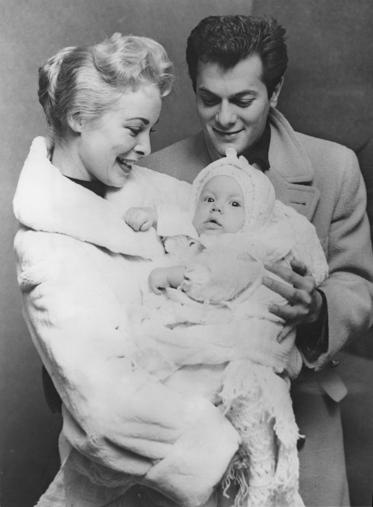 Tony Curtis and Janet Leigh with their six-month-old daughter Kelly Curtis in New York on November 26, 1956 | Photo: Keystone/Hulton Archive/Getty Images