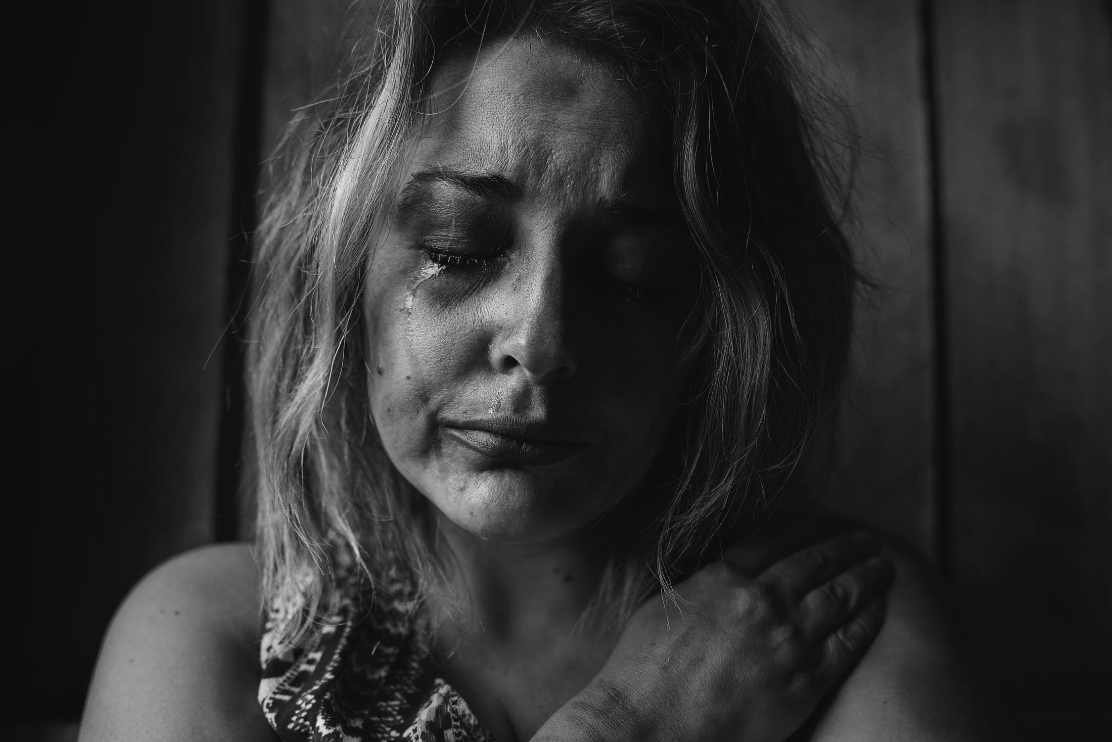 Mujer angustiada llorando. | Imagen: Pexels