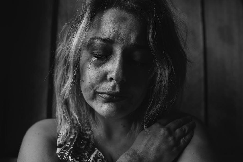 Une femme pleurant après avoir été battue | Photo : Pexels