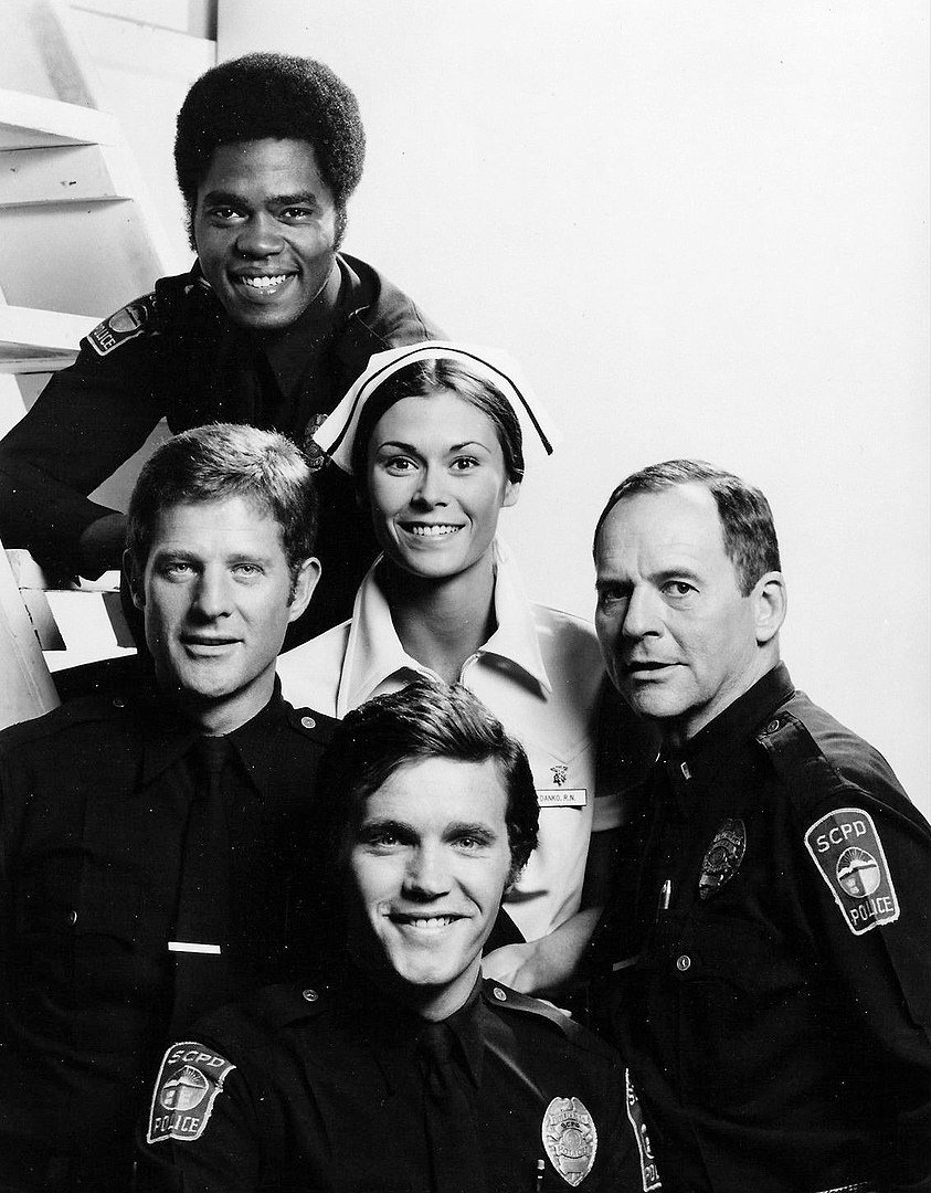 Cast photo of The Rookies from 1975. Clockwise from top-Georg Stanford Brown, Kate Jackson, Gerald S. O'Laughlin, Bruce Franklin, and Sam Melville | Photo: Wikimedia Commons Images