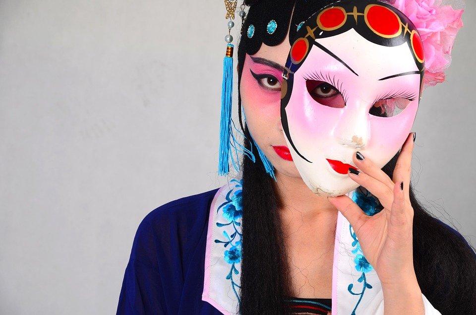 Une femme porte un masque.   Photo : Pixabay