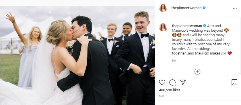 Alex and Mauricio kiss at their wedding with all of their siblings in the background. | Photo: instagram.com/thepioneerwoman