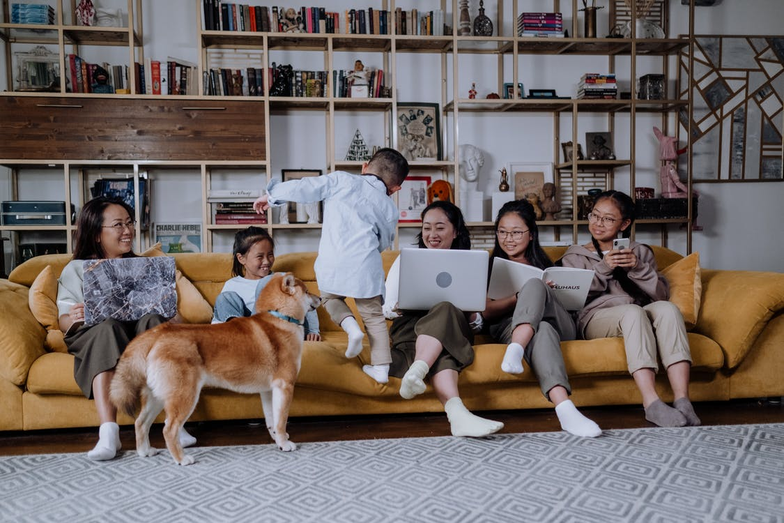 A photo of a large family sitting on a couch. | Photo: Pexels