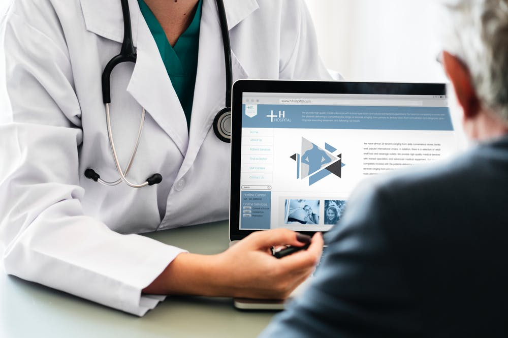 Doctor pointing at laptop | Photo: Pexels