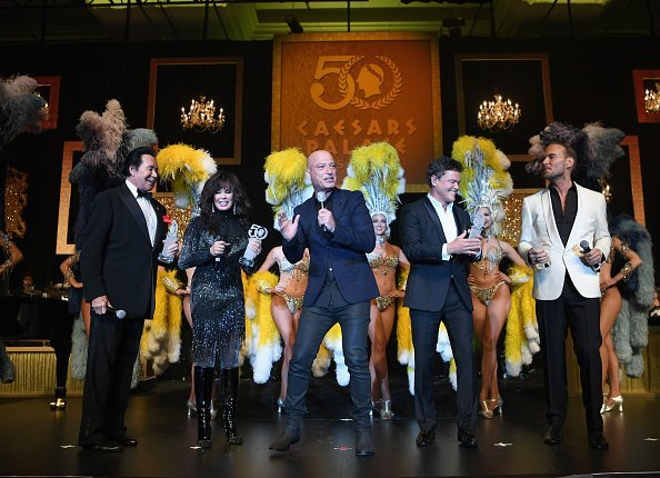 Wayne Newton and Marie Osmond, comedian/actor Howie Mandel, entertainer Donny Osmond and singer/songwriter Matt Goss perform during the 50th anniversary gala at Caesars Palace | Photo: Getty Images