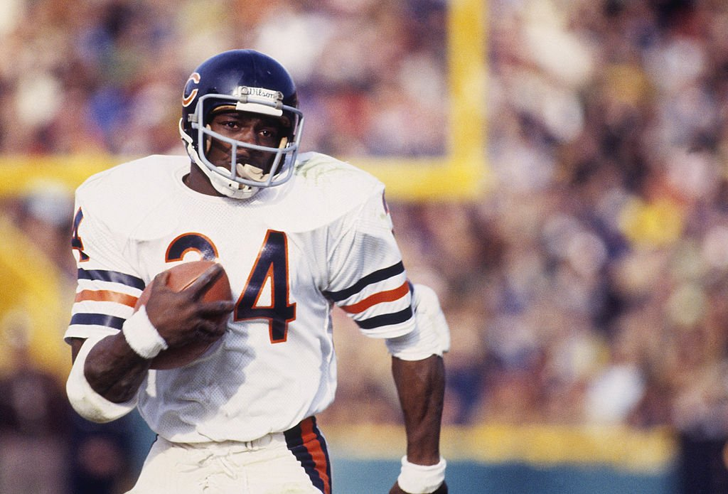 Chicago Bears' running back Walter Payton #34 runs with the ball circa 1975-1987. | Photo: Getty Images