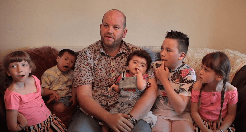 Ben Carpenter with his children during a 2019 interview. | Photo: YouTube/Caters Video