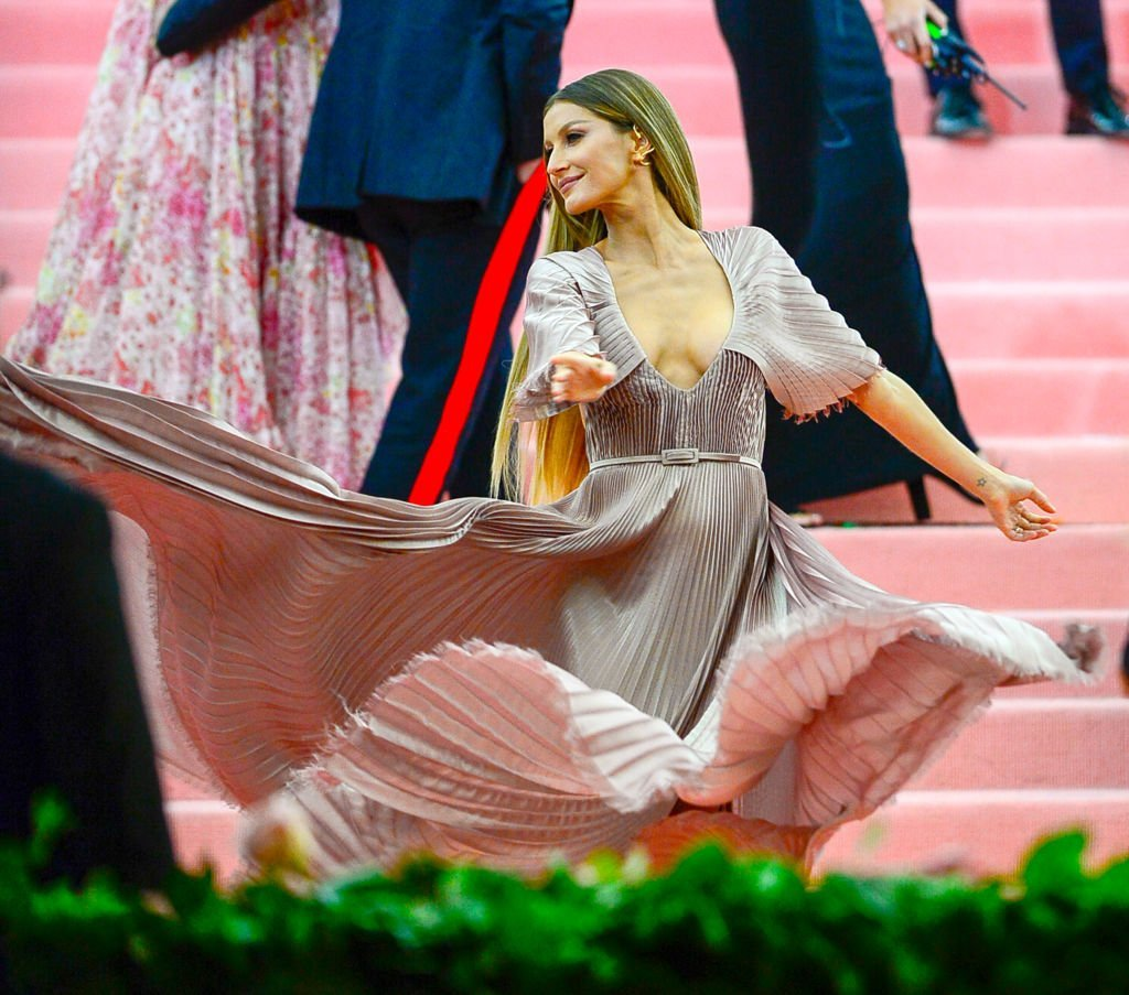 Gisele Bundchen arrives to The 2019 Met Gala Celebrating Camp: Notes on Fashion at Metropolitan Museum of Art on May 6, 2019 in New York City. | Photo: Getty Images