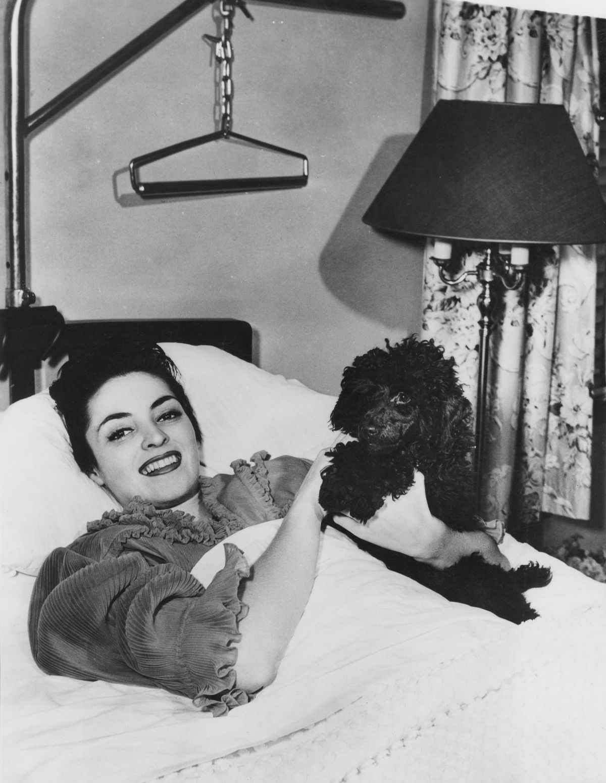Suzan Ball recovers in hospital after having her leg amputated, in 1954 in Hollywood, California | Photo: Keystone/Hulton Archive/Getty Images