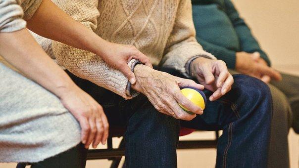 Un couple âgé sur un banc. | Photo : Pixabay