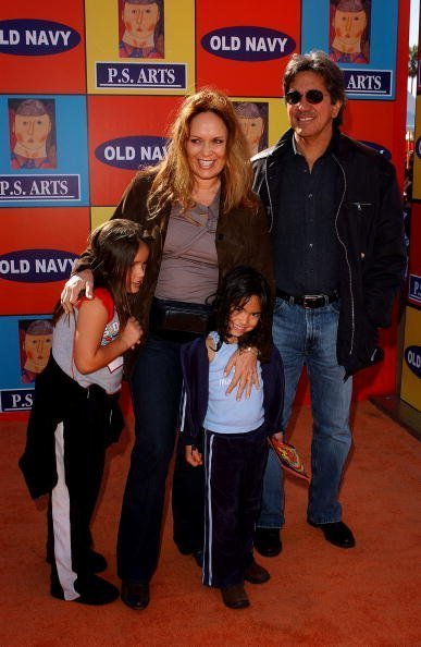 Catherine Bach and her family at 72 Market Street on November 2, 2003 in Venice, California. | Photo: Getty Images