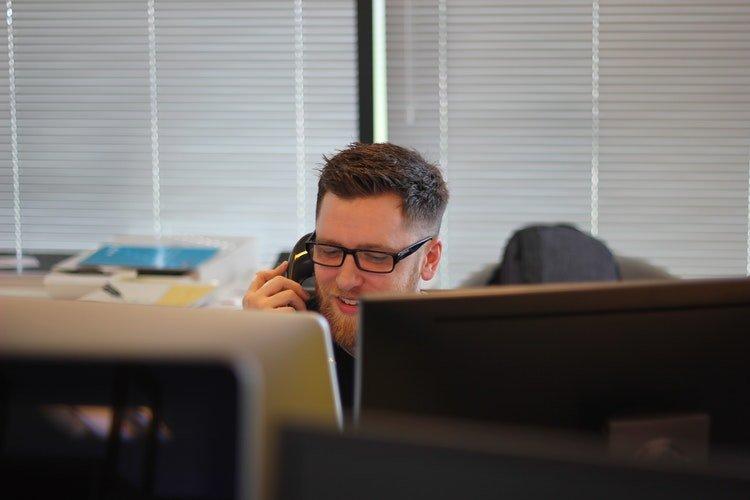 un homme au téléphone | Phot : Pixabay
