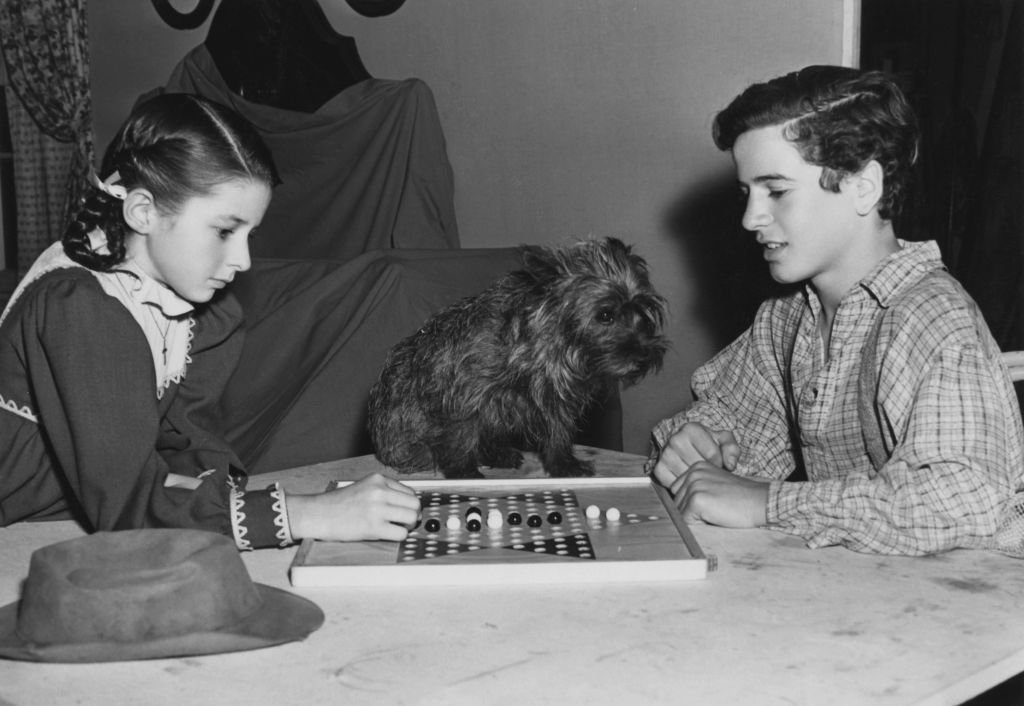 Virginia Weidler and Gene Reynolds playing Chinese checkers on the set of the MGM film 'Patsy', later titled 'Bad Little Angel', 1939 | Photo: Getty Images