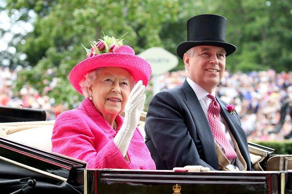 La reina Elizabeth II y el príncipe Andrew, duque de York asisten a Royal Ascot 2017 en el hipódromo de Ascot el 22 de junio de 2017 en Ascot, Inglaterra.   Fuente: Getty Images