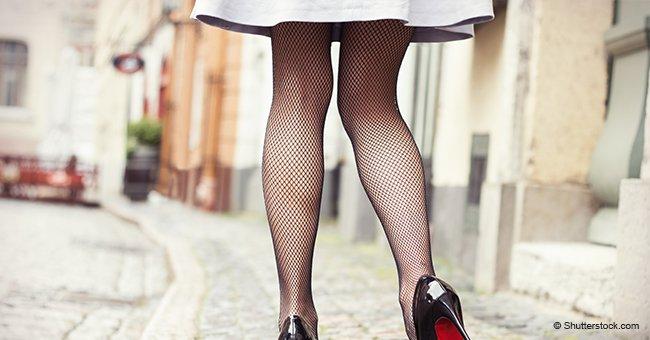 Une belle jeune femme vêtue d'une jupe très courte a décidé de l'ouvrir pour entrer dans le bus