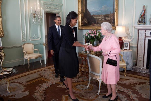 Barrack Obama and Michelle Obama are being welcomed by Her Majesty Queen Elizabeth II to Buckingham Palace | Photo: Getty Images.