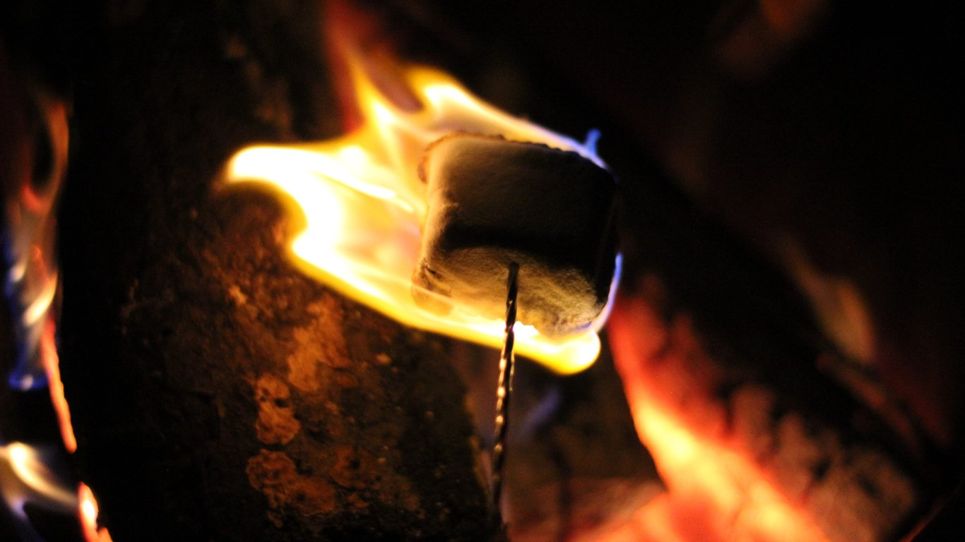 A marshmallow being roasted on an open fire | Photo: Wallpaperflare