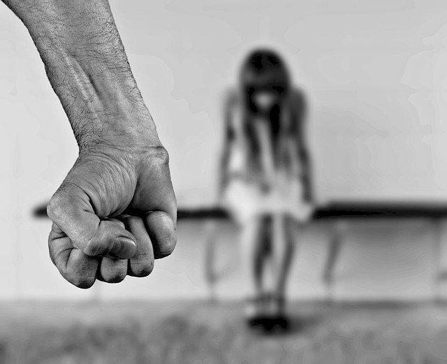 Hombre con puño cerrado amenazando a mujer.   Imagen: Pixabay