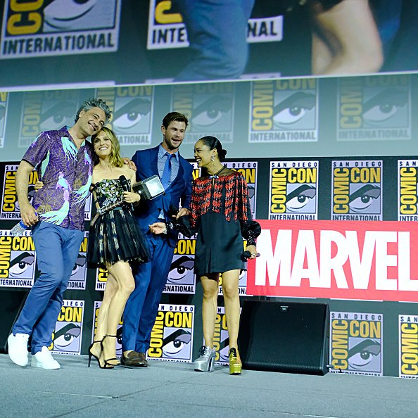 La directora Taika Waititi, Natalie Portman, Chris Hemsworth y Tessa Thompson de Marvel Studios 'Thor: Love and Thunder' en el San Diego Comic-Con International 2019 Marvel Studios Panel en el Hall H el 20 de julio de 2019 en San Diego, California. | Fuente: Getty Images