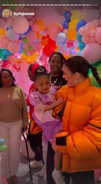 A picture of Kylie Jenner carrying her daughter Stormi at her birthday party. | Photo: Instagram/Kyliejenner