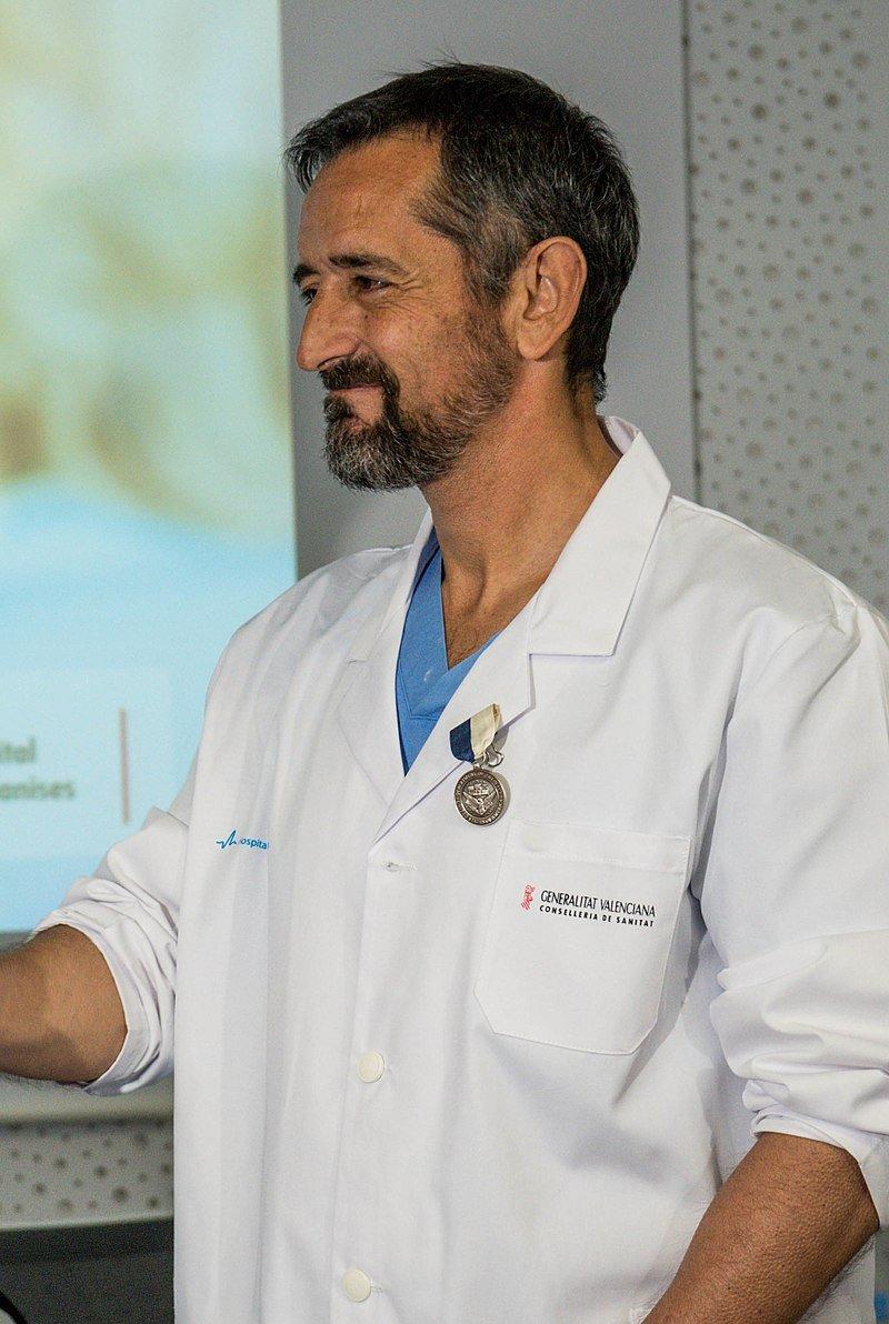 Doctor Pedro Cavadas luce en su bata la condecoración de las Fuerzas Navales de EEUU en Europa y Africa. | Foto: Wikipedia