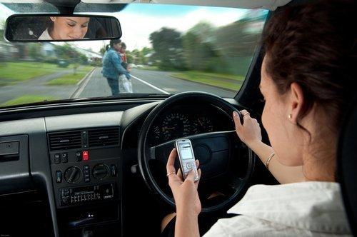 Les dangers de l'envoi de SMS et de la conduite. | Source : Shutterstock.