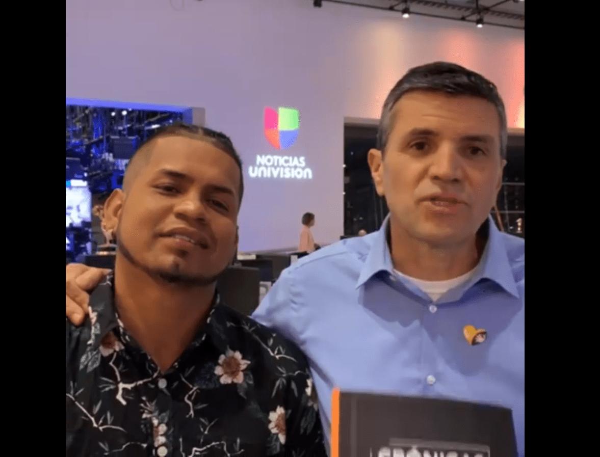 Javier Pertúz junto al periodista Hans Sarmiento. Fuente: Facebook / Crónicas