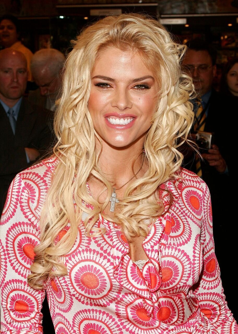 Anna Nicole Smith signs autographs at Grand Central Station. | Source: Getty Images
