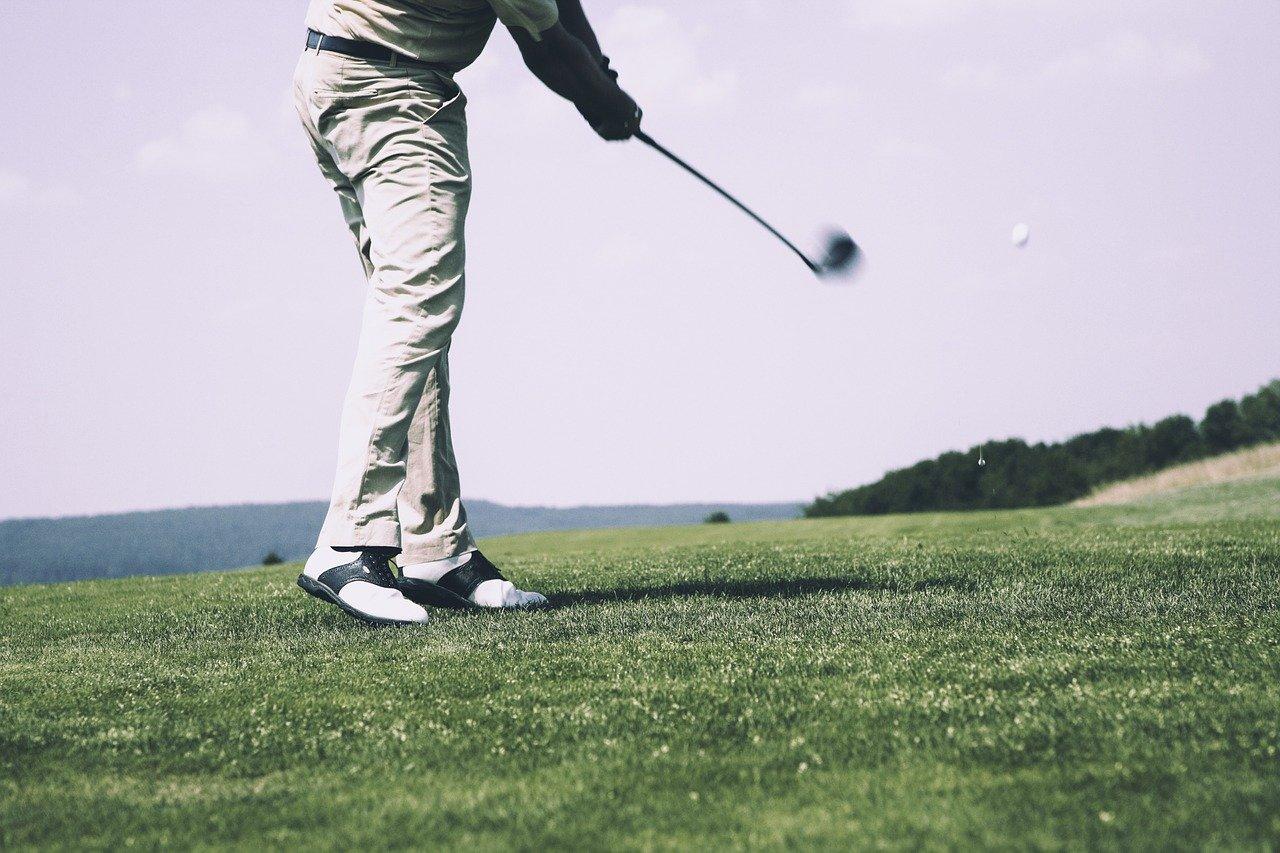 Mann beim Golf - Quelle: Pixabay