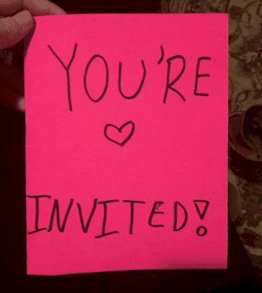 Invitación que niñera publicó por su cuenta en Twitter. | Foto: Twitter/Daisybhelm.