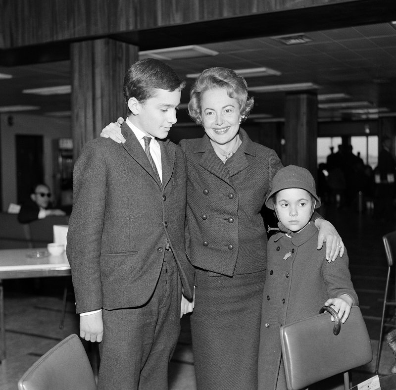 Olivia De Havilland and her children Benjamin and Gisele at London Airport on April 15, 1964 | Photo: Getty Images