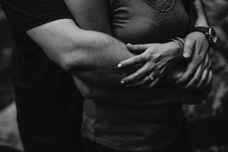 Un couple qui se tient dans le bras | Photo : Unsplash