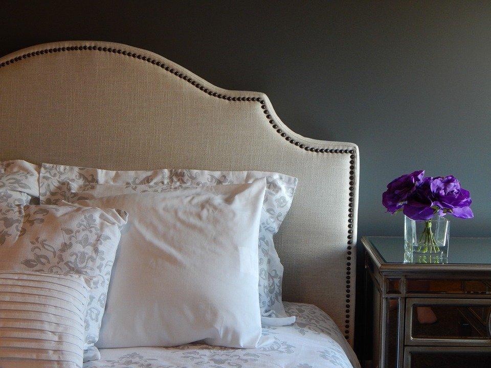 Un lit dans une chambre.   Photo : Pixabay