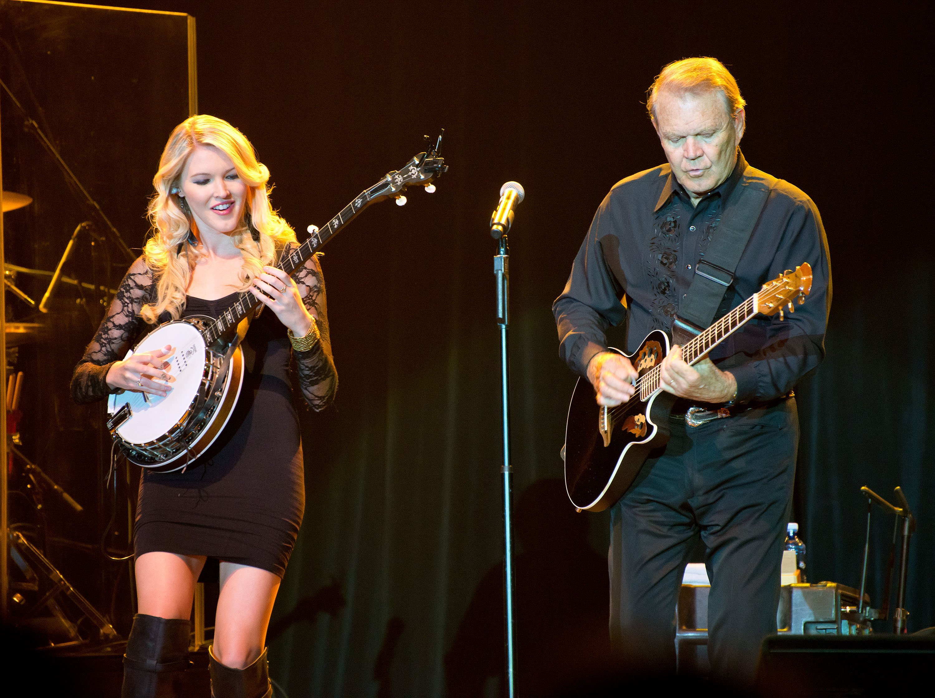 Glen Campbell on stage with he & Kim's daughter Ashley during his Goodbye Tour in Albuquerque, New Mexico on July 29, 2012. |Photo: Getty Images