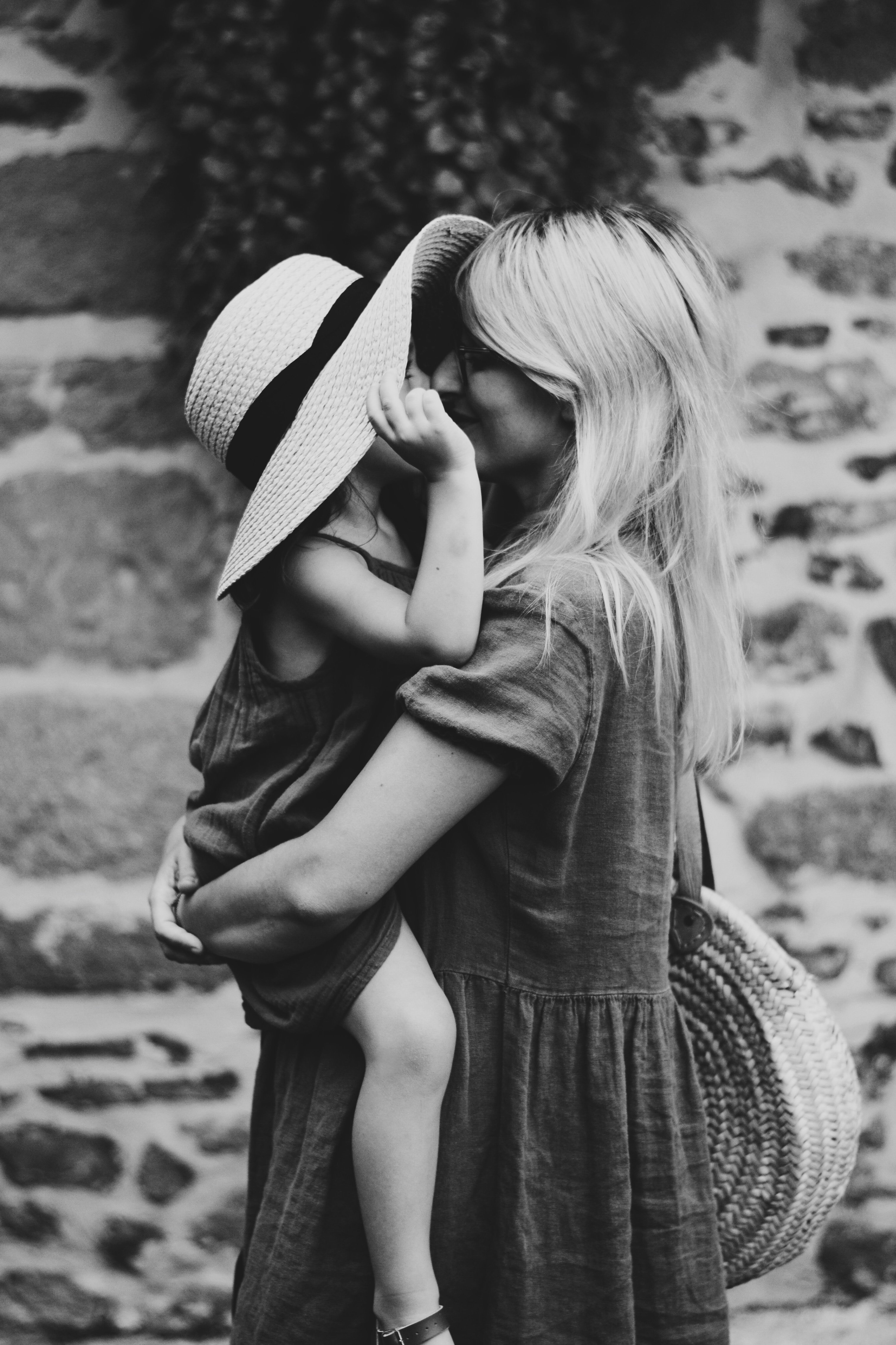 A monochrome picture of a mother and daughter. | Source: Unsplash