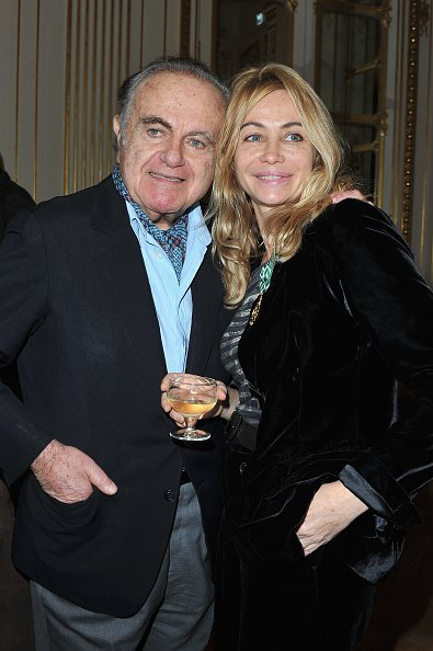 Emmanuelle Beart pose avec son père Guy Beart après avoir été honorée Officier des Arts et des Lettres au Ministère de la Culture à Paris, France. Photo : Getty Images