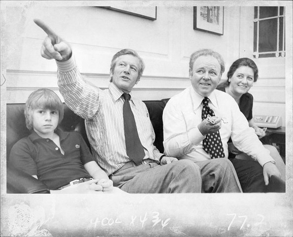Carroll O'Connor, Nancy, and Hugh visited New York City Mayor John Lindsay at City Hall in 1973. | Photo: Getty Images