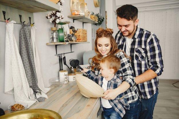 Une famille dans la cuisine   Photo: Freepik
