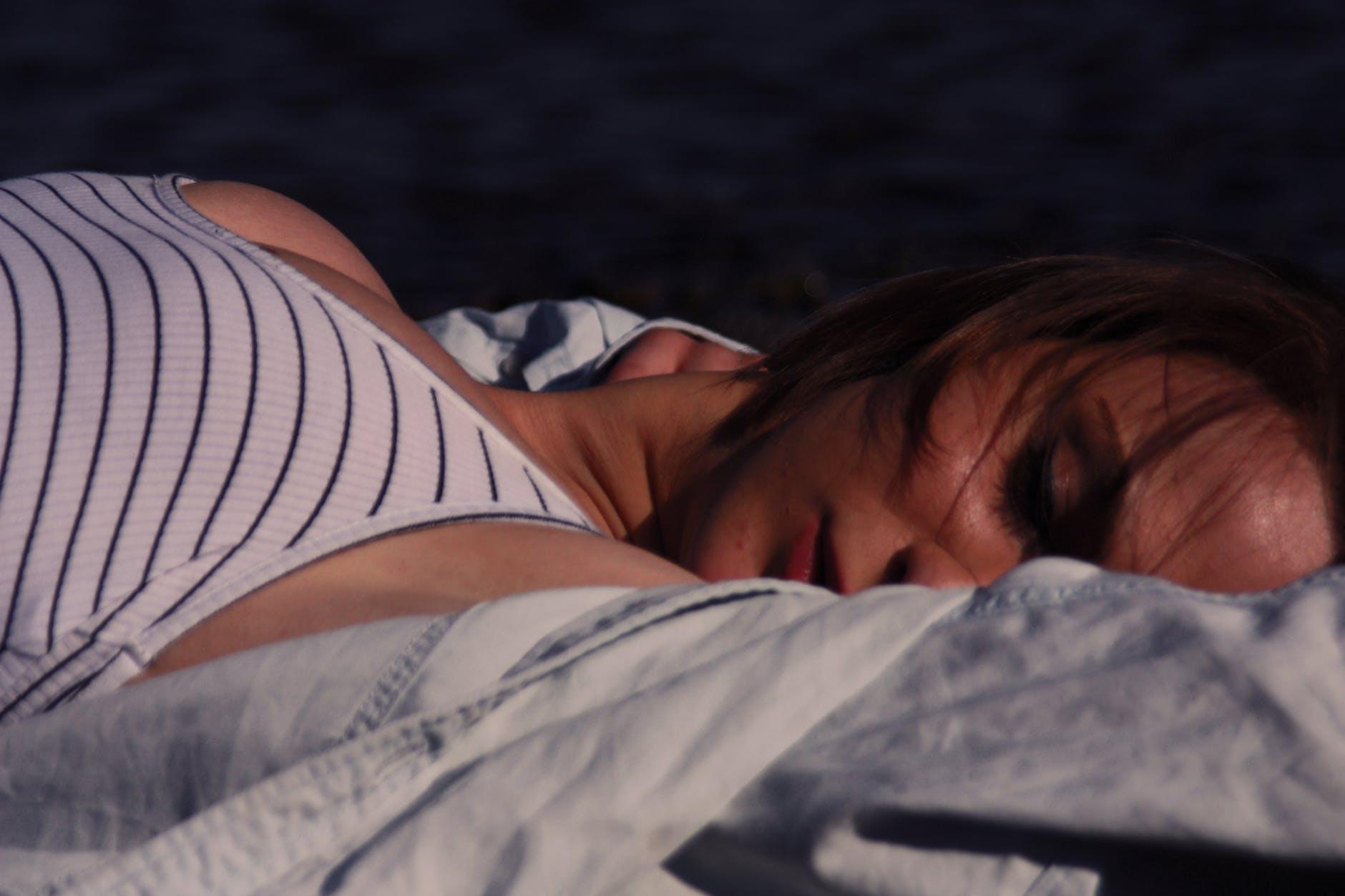 Une femme qui dort. | Photo : Pexels