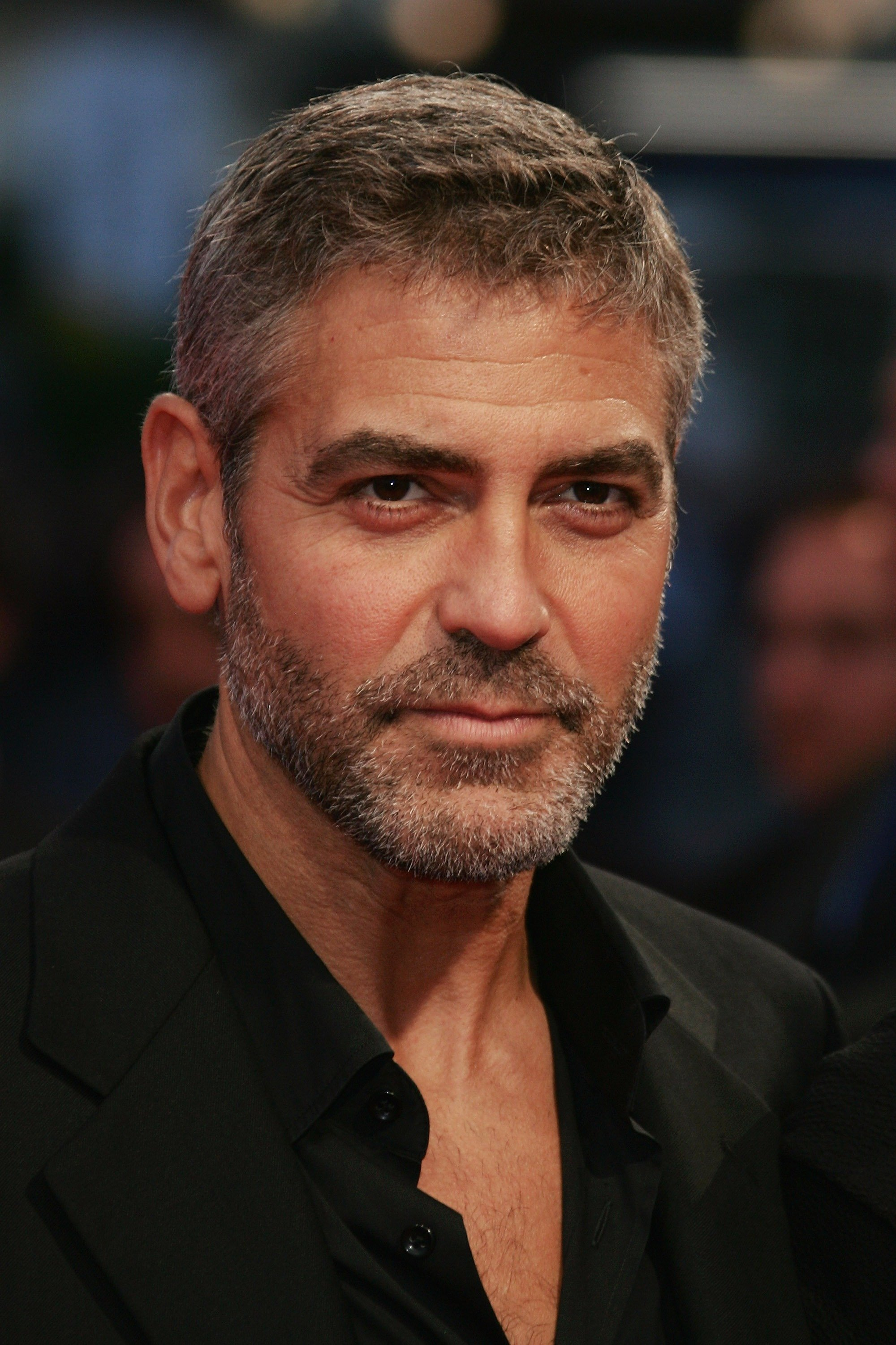 George Clooney poses as he arrives to attend the premiere of Michael Clayton during the 33rd Deauville American Film Festival, on September 2, 2007, in Deauville, France. | Source: Getty Images.