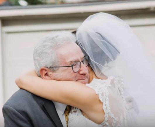 Jim Stamp recevant un câlin de la mariée, sa fille Gina. | YouTube/GMA