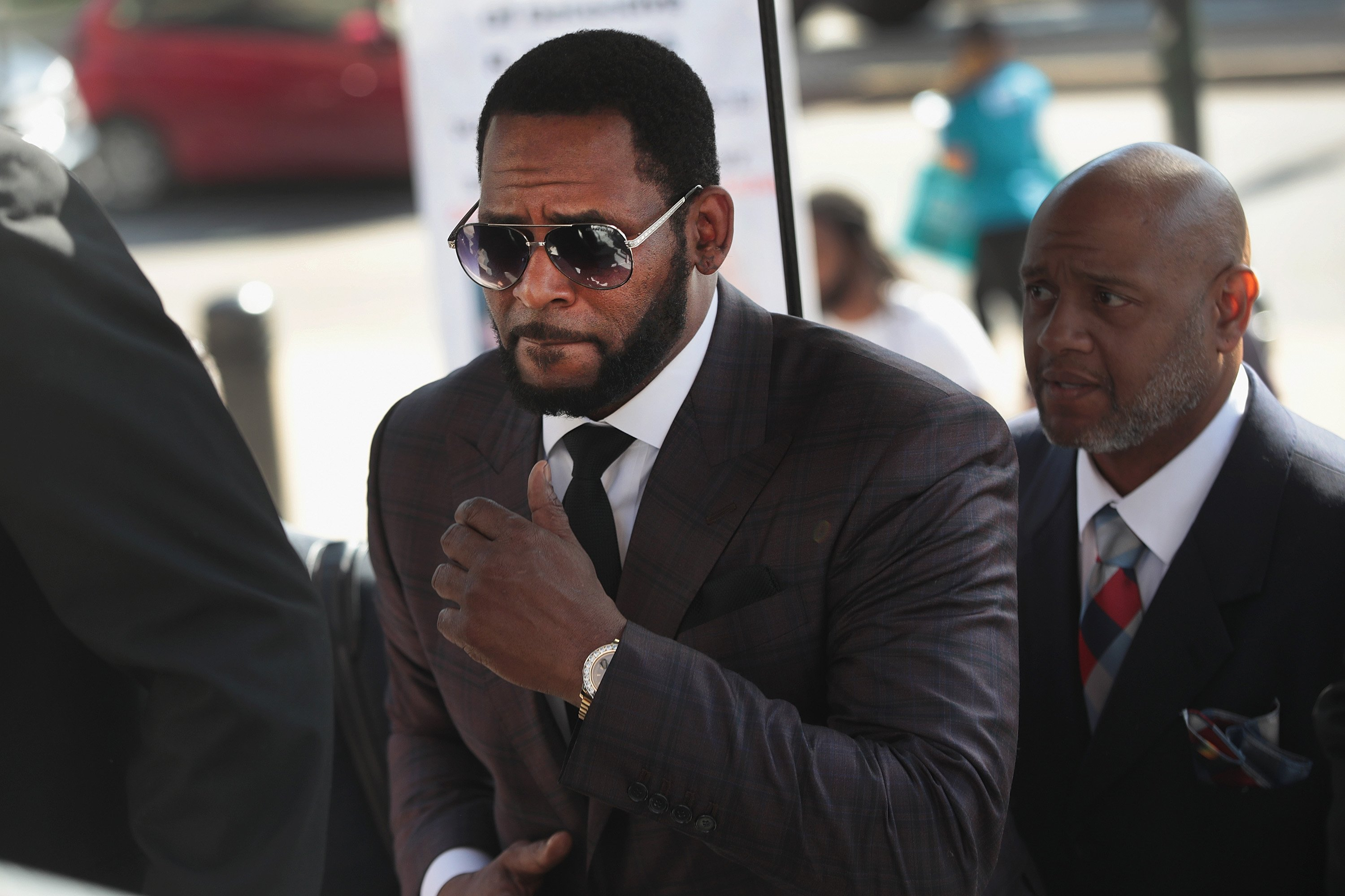R. Kelly arriving at the Leighton Criminal Courts Building for a hearing in Chicago, Illinois while facing several counts of aggravated sexual abuse. | Photo:  Scott Olson/Getty Images