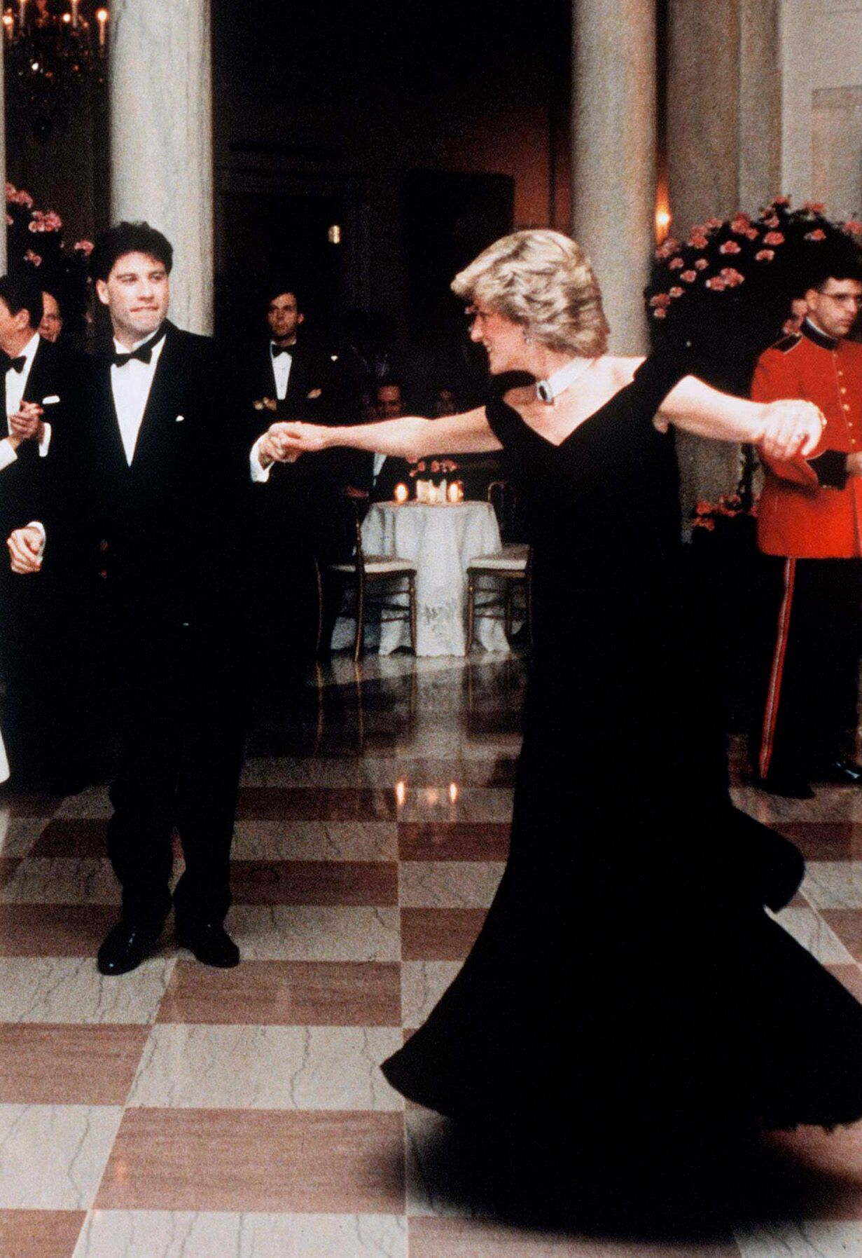 La princesse Diana danse avec John Travolta à la Maison Blanche   Photo : Getty Images/ Global Images Ukraine