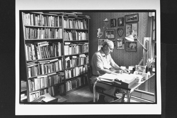 Leo Damore working in his study at home., circa 1989. | Photo: Getty Images