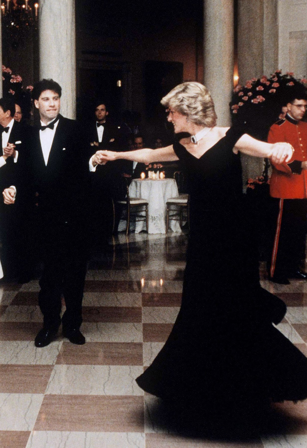 Princess Diana dances with movie star John Travolta at the White House on November 9, 1985, in Washington DC | Photo: Anwar Hussein/Getty Images