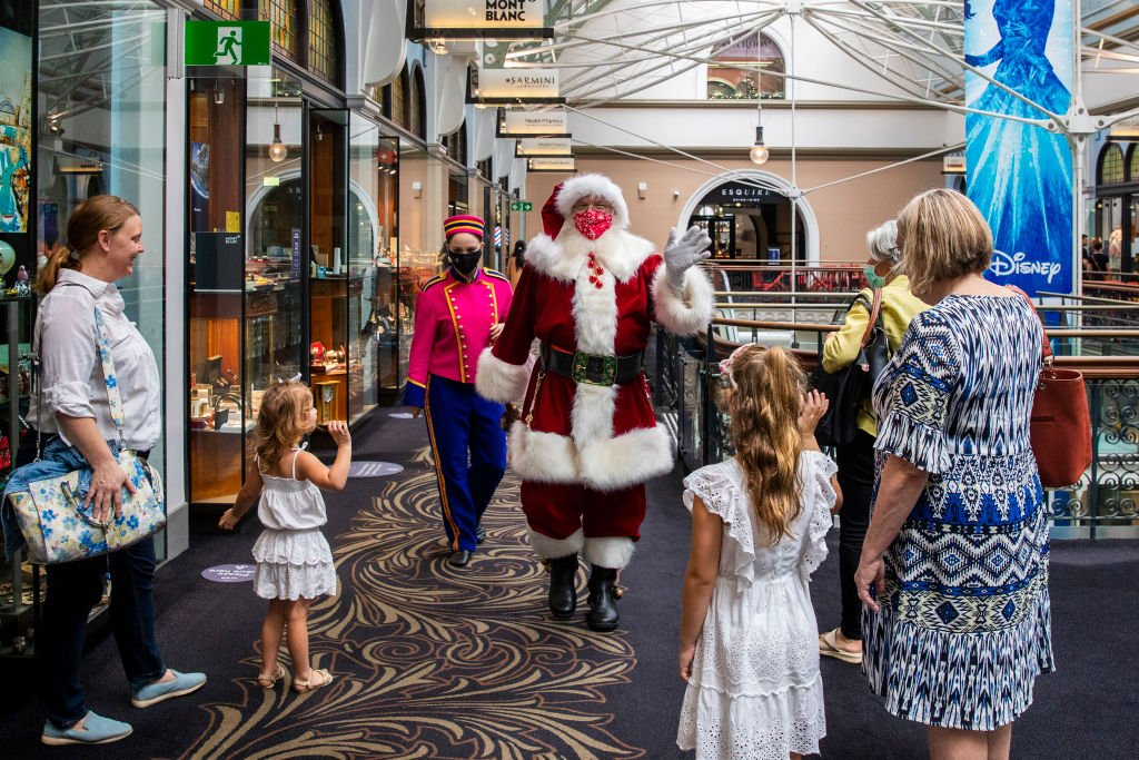 A man dressed as Santa Claus waves to people in The Queen Victoria Building on December 21, 2020 | Photo: Getty Images
