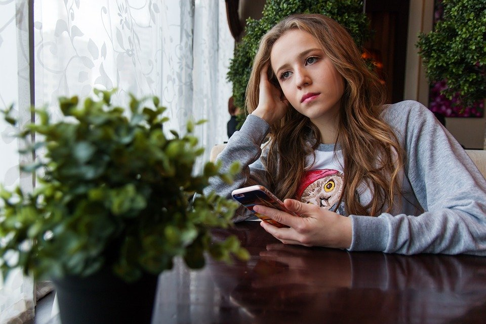 A sad teenage girl looking into the distance. | Photo: Pixabay