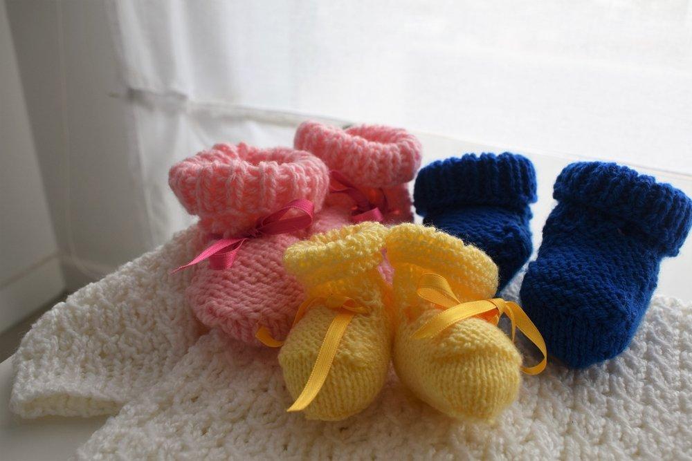 Trois paires de chaussettes tricotés pour des triplés. Photo : Shutterstock