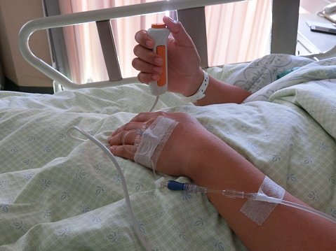 Patient in hospital bed with IV in arm | Photo: Getty Images