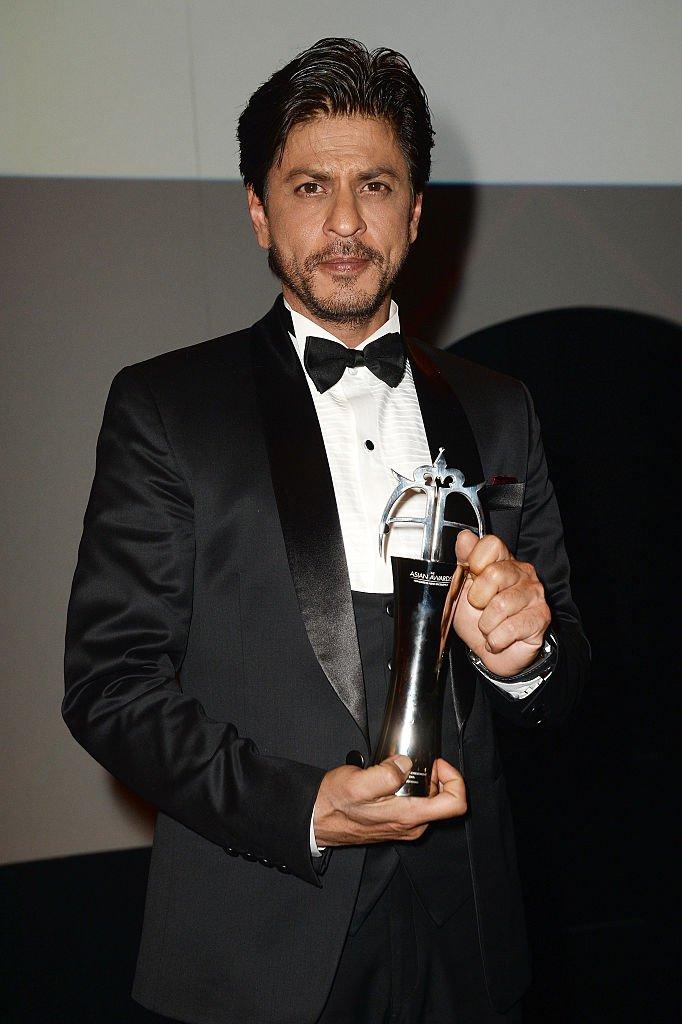 L'acteur Shahrukh Khan reçoit une récompense pour le cinéma à Londres en avril 2015. Photo : Getty Images